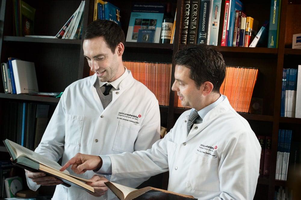 Prof. Linke und Privatdozent Dr. Steinberg in der Bibliothek bei einer Fallbesprechung